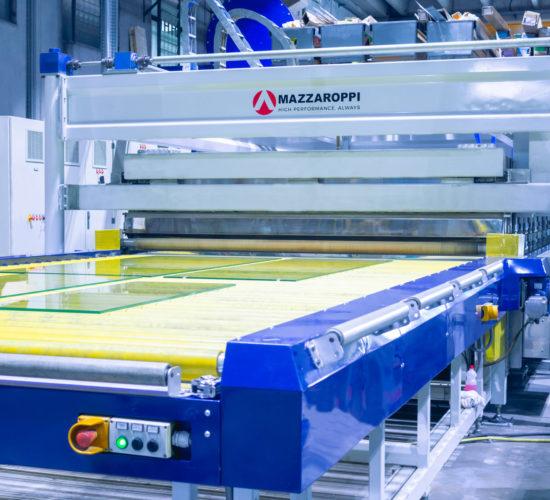 Fotografia d'interno Vetro Italia raffigurante il macchinario Mazzaroppi TP2545